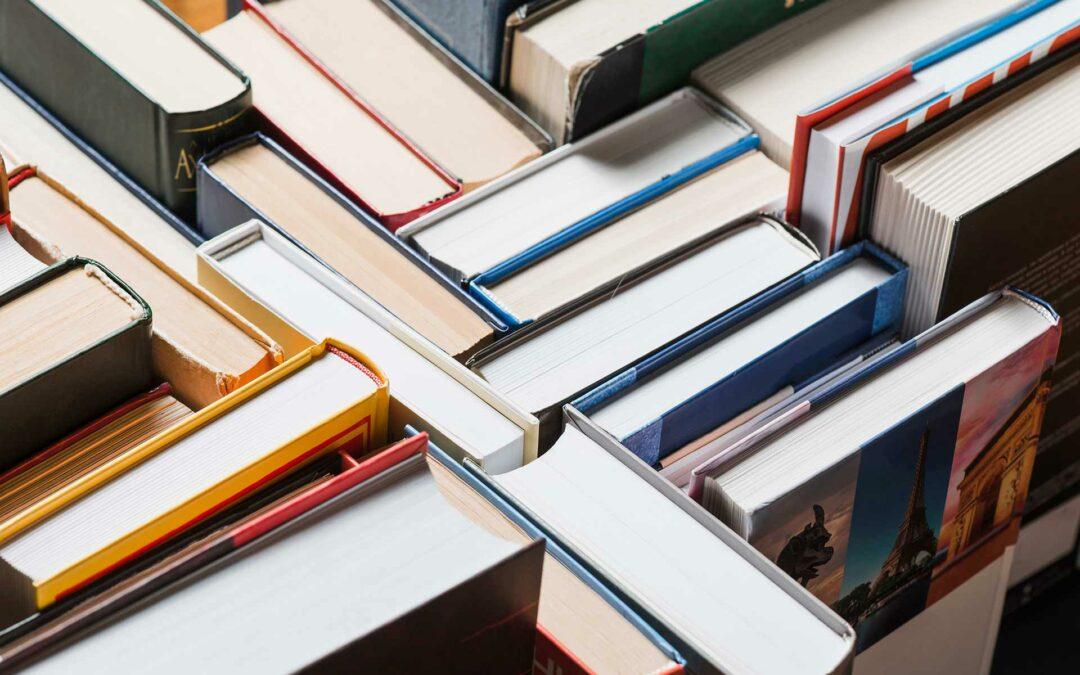 """O e-book """"Guia para Engajar Professores e Alunos no Ensino Híbrido na Rede Pública"""" traz alguns cenários a respeito da pandemia e da Educação"""